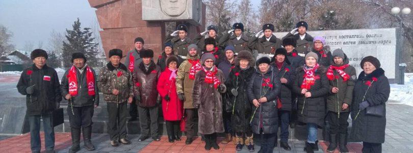 В Кызыле возложили цветы к мемориалу на площади Победы в честь Дня защитника Отечества.