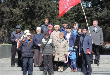 Кызылские коммунисты возложили цветы к памятнику В.И. Ленина.