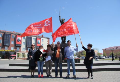 Возложение цветов к памятнику Тувинских добровольцев.