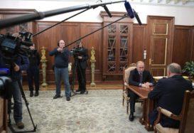Президент встретился с лидером КПРФ Геннадием Зюгановым.