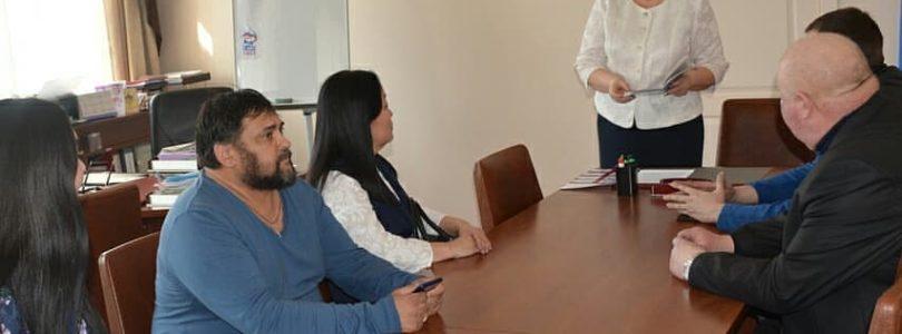 Глава города Кызыла Ирина Казанцева вручила удостоверения помощников депутатов Хурала представителей города Кызыла.
