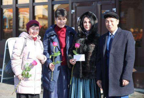 Тувреском КПРФ поздравил кызылчанок с наступающим праздником 8 марта!