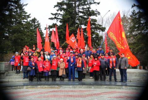 Кызылские коммунисты почтили память Владимира Ленина.