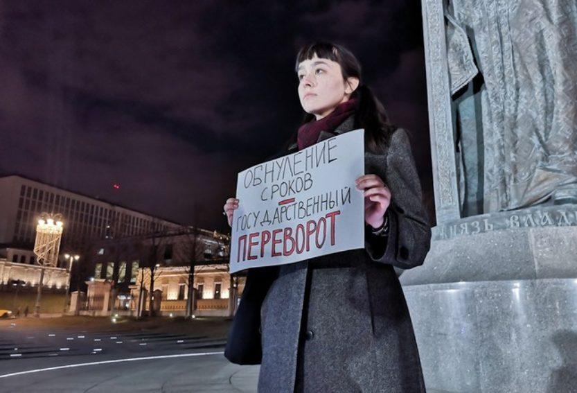 «Путин, по сути, превращается в монарха». Эксперты об обнулении сроков действующего президента.