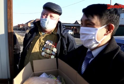 В Кызыле депутаты-коммунисты помогают малоимущим.